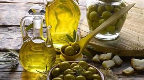 Olivenolje og oliven på et bord