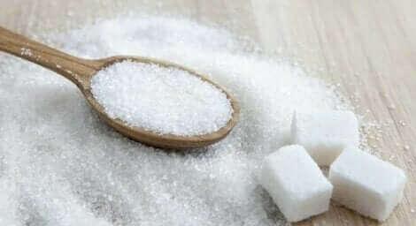 Sukker på et bord.