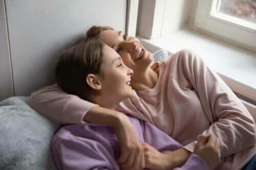 To kvinner som ligger.