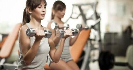 To kvinner som trener med vekter