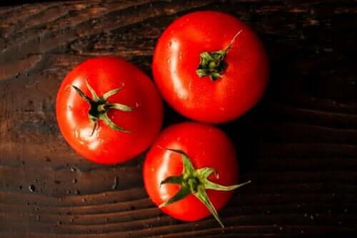 Tre tomater på en treplate.