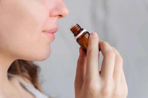 Bidrar aromaterapi til å lindre menstruasjonssmerter?