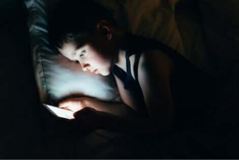 Barn leker med nettbrett før leggetid