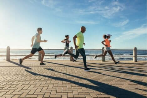 Gruppe mennesker løper