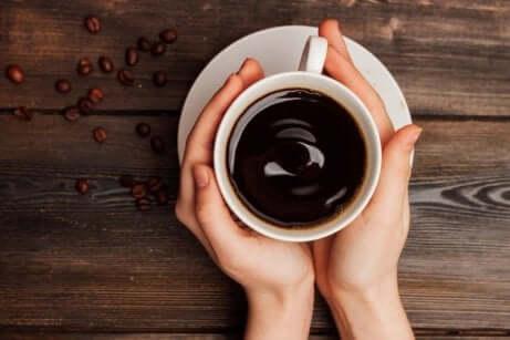 slutte å drikke kumelk: kaffe i en hvit kopp