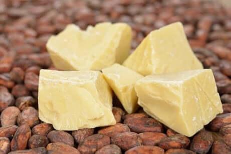 Hårbehandling med kakaosmør, eddik og sitron for splittede tupper