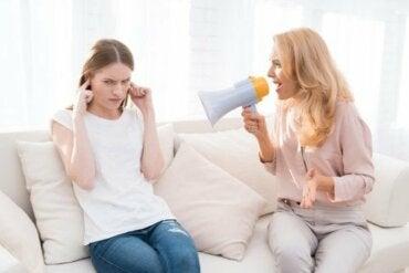5 måter å kjefte på barn skader dem på lang sikt på