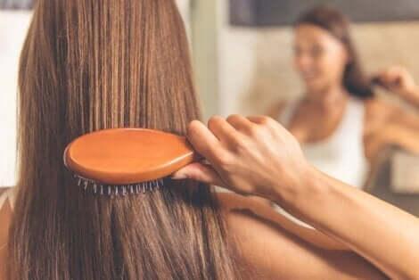 Kvinne børster håret