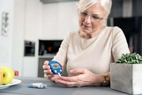 Kvinne med diabetes måler blodsukkernivået