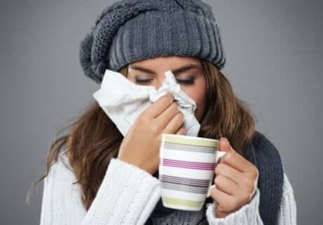 kvinne med forkjølelse