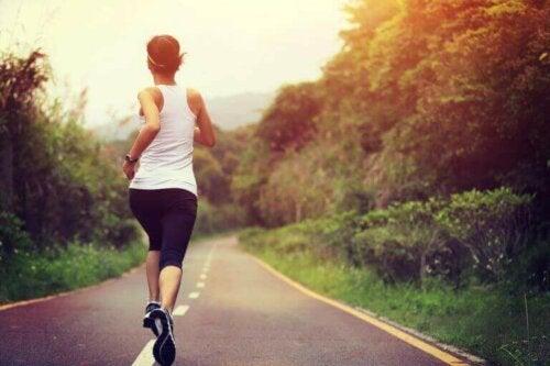 Kvinne som løper på riktig tidspunkt.