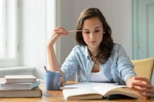 Kvinne som studerer.