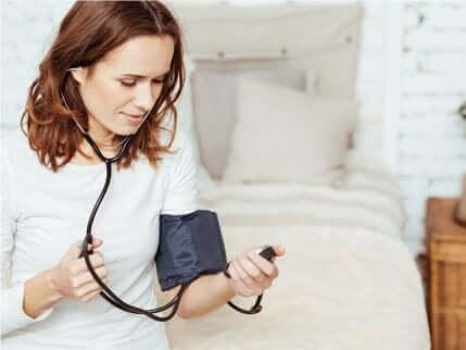 kvinne som tar blodtrykket