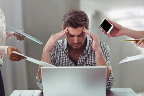 Mann lider av stress
