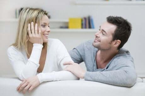 mann og kvinne som snakker og smiler