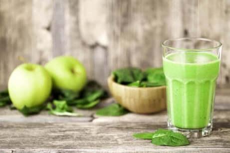 Spinat-, eple- og salatsmoothie