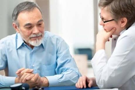 To menn snakker sammen