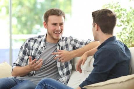 to venner som snakker med hverandre