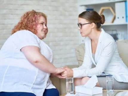 En fet kvinne som er hos legen