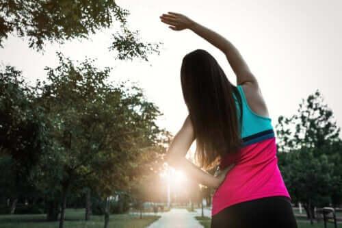 En jogger som tøyer ut før hun løper.