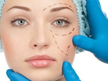 En kvinne med tusjmerker i ansiktet