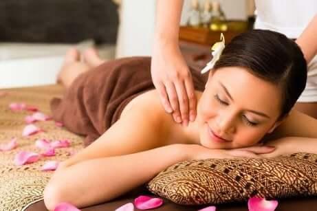 En kvinne som får en terapeutisk massasje