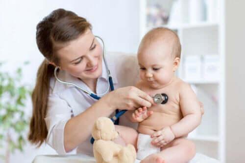 En lege som undersøker et barn.
