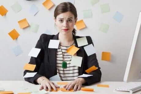 En overarbeidet og stresset kvinne