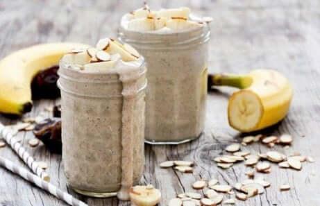 Juice som bekjemper stress av mandel, banan og kokos