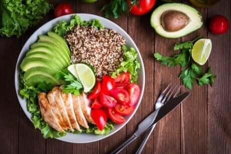 Quinoa i en salat med kylling og avokado