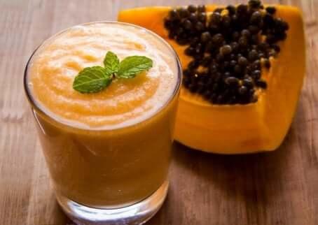 Smoothie med papaya, appelsin og sitron