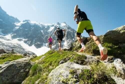 Tre fjellløpere på vei over fjellet.