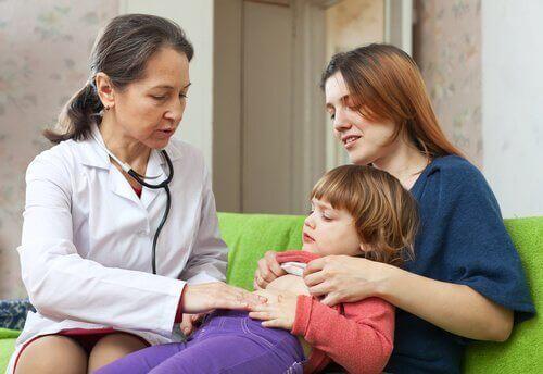 Barn som undersøkes for tarmorm.