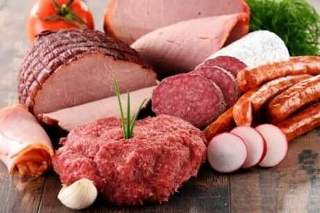 bearbeidet kjøtt som ligger på en benk