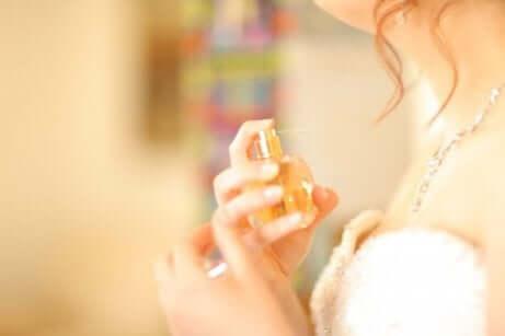 en kvinne som tar på seg parfyme