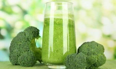 grønn juice med brokkoli ved siden av