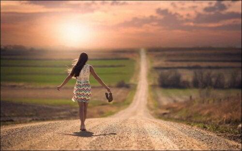 Kvinne på landevei.