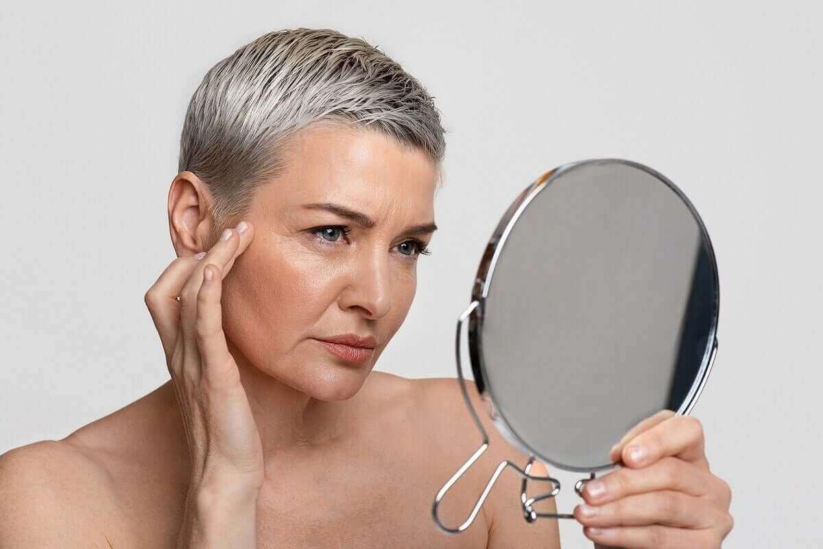 Kvinne som ser på seg selv i speilet