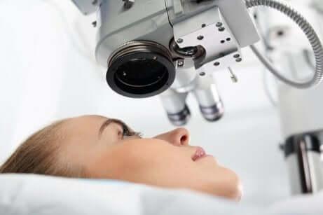kvinne som får en øyeundersøkelse