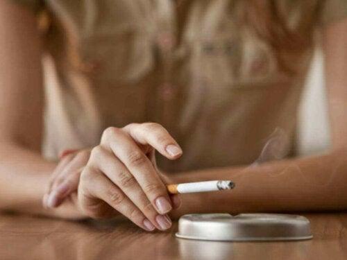 Kvinne som røyker.