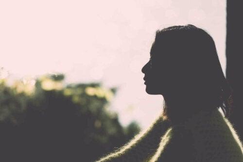 Kvinne som ser mot horisonten.