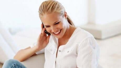 kvinne som snakker i en mobiltelefon
