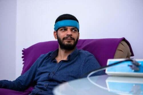 En mann som gjennomgår en stressavspenningsteknikk