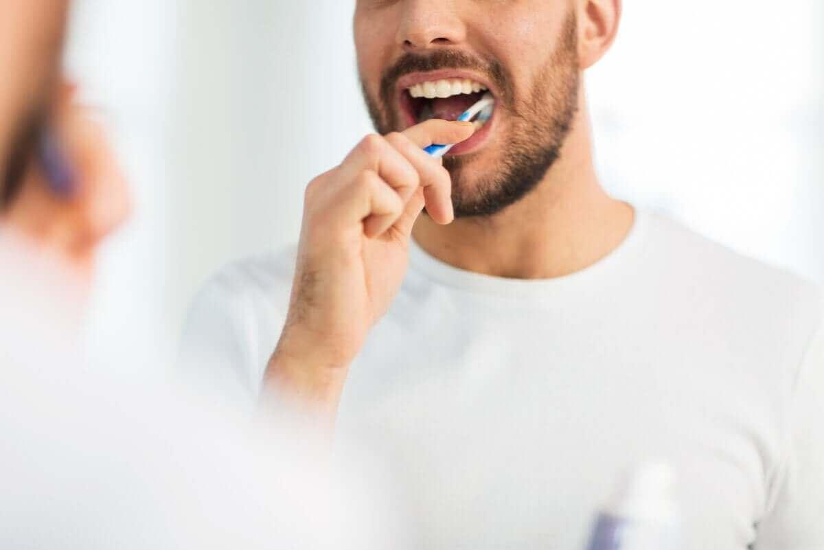 En mann som pusser tenner.