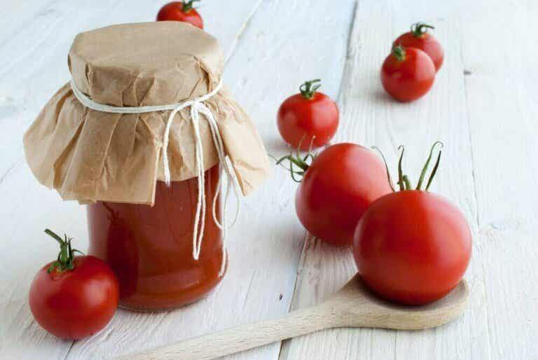 Hvorfor bør du tappe tomater på flaske og hvordan gjør du det?