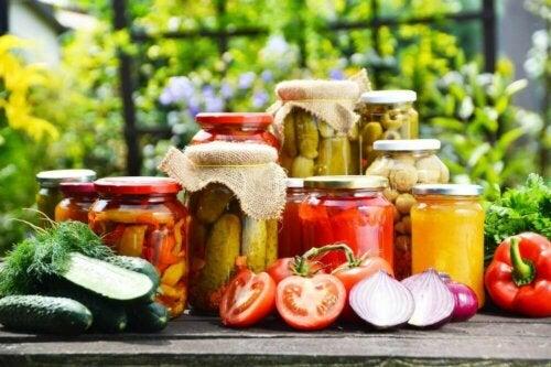 Forskjellige grønnsaker i glassbeholdere