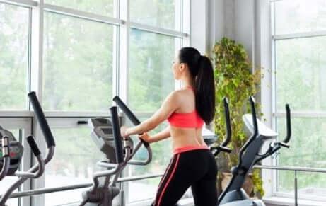 En kvinne på treningsstudio