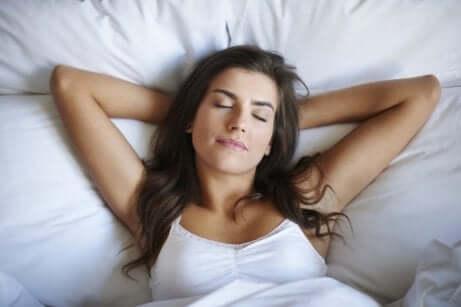 En kvinne som sover godt