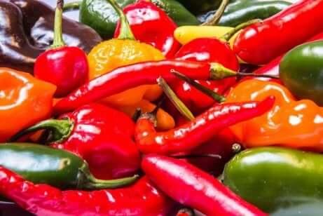 En mengde forskjellige chili.