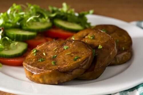 En tallerken med seitanbiffer og grønnsaker.